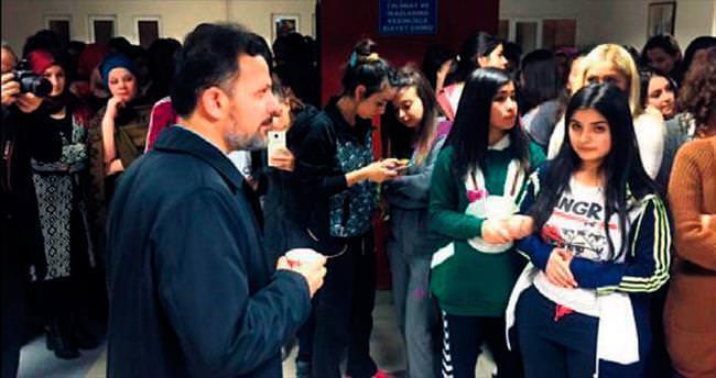 DPÜ rektörü öğrencilere çorba ve sahlep ikram etti