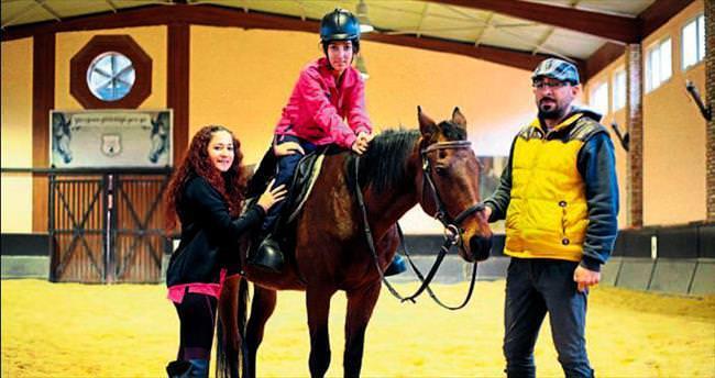 Atlarla terapi engelliye umut