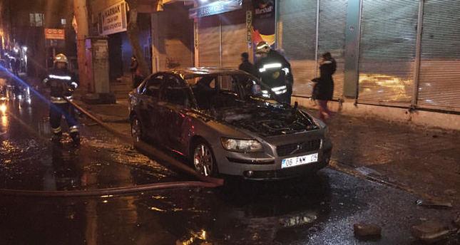 Yol kapatan teröristler araç yaktı!