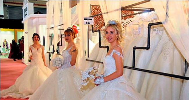 Gelinliğin fuarı İzmir'de açıldı
