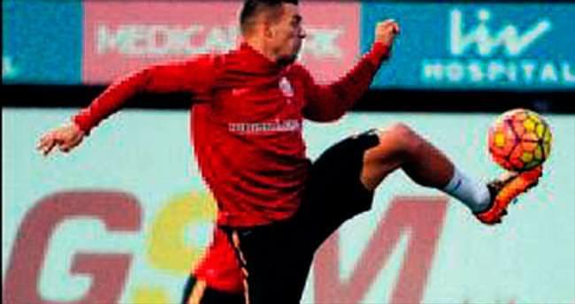Sinan kalıyor Podolski sola