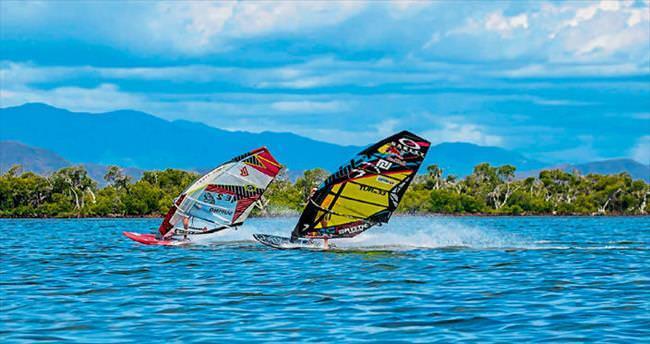 Yeni Kaledonya dalgalarında sörf yapmak