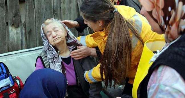 Evleri yanan yaşlı çifti komşuları kurtardı