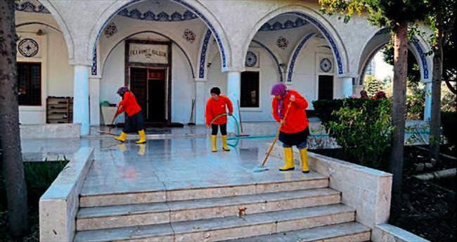 Yüregir Belediyesi camileri temizliyor