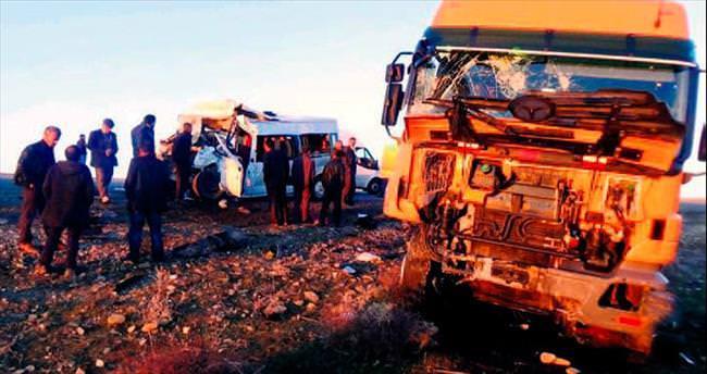 Öğrenci servisi TIR'la çarpıştı: 5 ölü, 17 yaralı