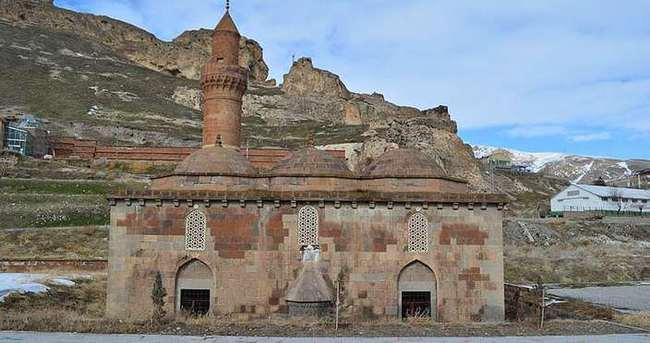 Değerli diye tarihi caminin duvarındaki taşı söktüler