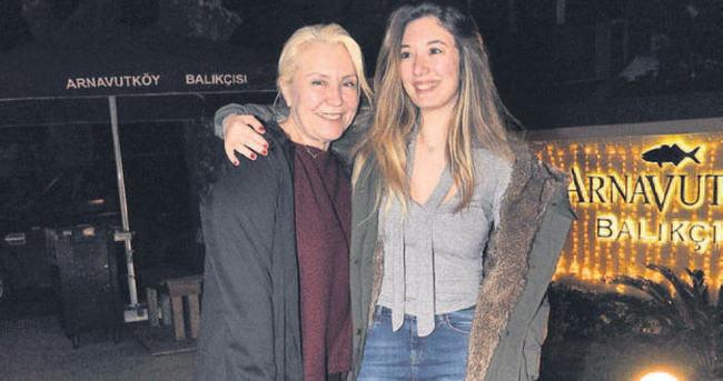 Yasmin topuk farkıyla annesi Nergis Kumbasar'ı geçti