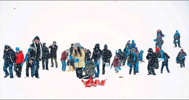 Engelli çocuklara kar keyfi yaşatıldı