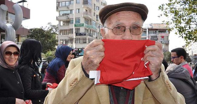 Şehitler için 3 bin Türk bayrağı dağıtıldı