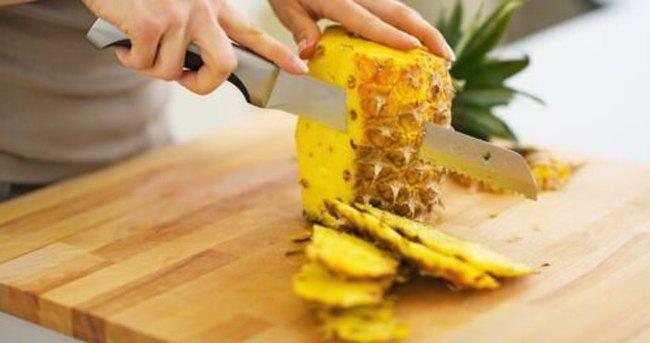 Zayıflamak isteyen ananas yiyor