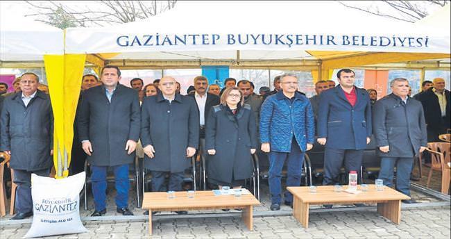 Başkan Şahin yem dağıttı kepenek giydi