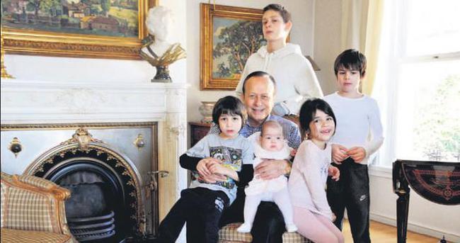 75'inci yaşını beş torunuyla kutladı
