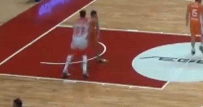 Bulgar basketbolcudan insanlık dışı faul
