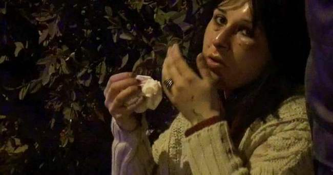 Kaldırımda yürüyen genç kadına saldırdılar