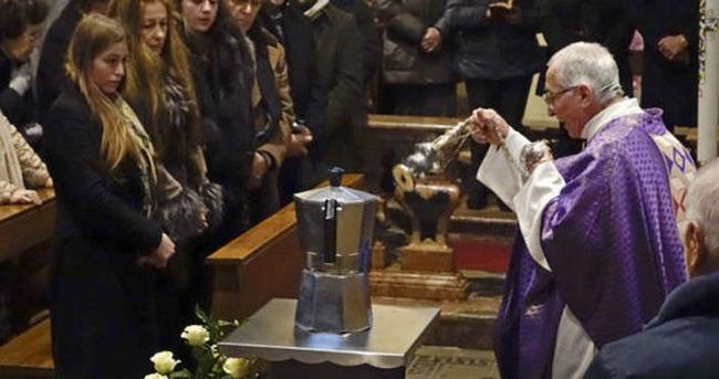 Kahve kralının külleri kahve aletinde
