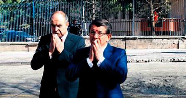Davutoğlu 28 can için karanfil bıraktı