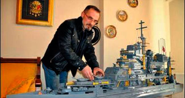 Topladığı hurdalardan 2.5 metrelik gemi yaptı