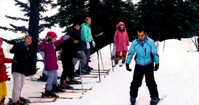 Dağ bölgesindeki çocuklar kayak keyfi yaptı