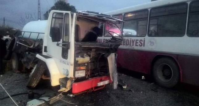 Otobüs ile tanker çarpıştı: 20 yaralı