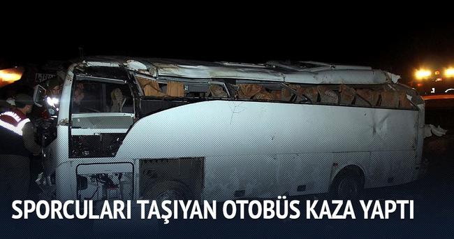 Adıyamansporlu hentbolcuları taşıyan otobüs kaza yaptı