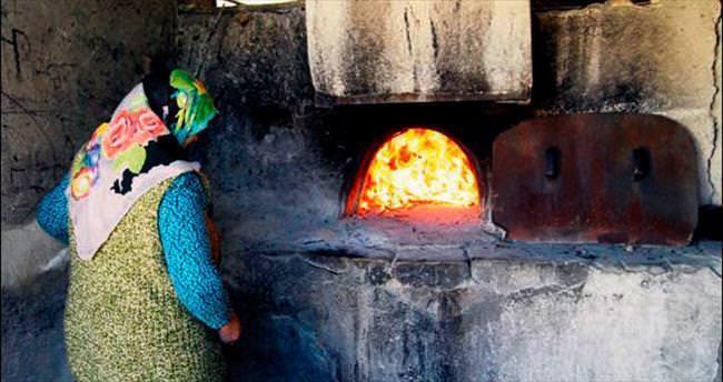 Orhaneli kadını ekmeğini 'taştan' çıkarıyor