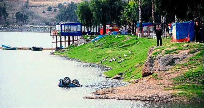 Dalgın sürücünün emanet arabası hızla göle uçtu