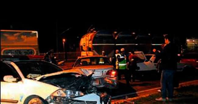 Polisten kaçarken 4 otomobile çarptı