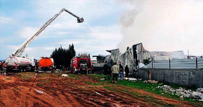 Plastik fabrikasında çıkan yangın korkuttu