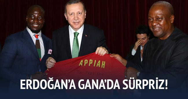 Erdoğan'a eski Fenerbahçeli futbolcudan forma hediyesi