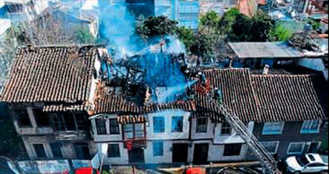 150 yıllık ev yandı alevlere teslim oldu