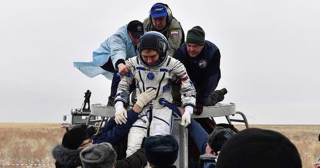 Uzayda bir yıl geçiren Kelly ve Kornienko Dünya'ya döndü