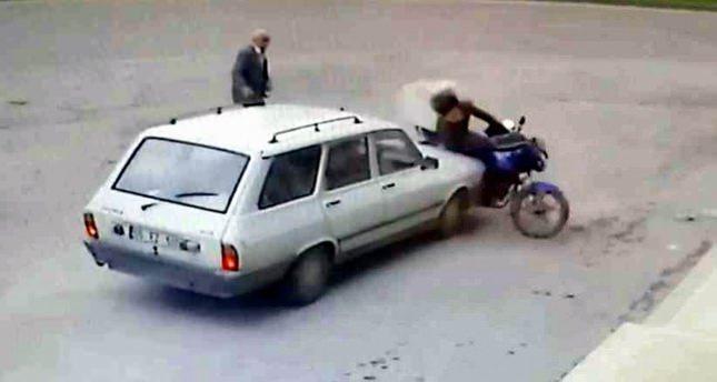 Otomobil motosiklete böyle çarptı!