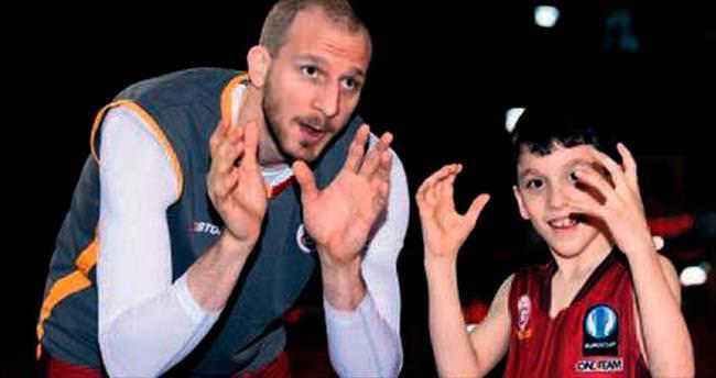 Yusuf ve 14 arkadaşına basketbol öğretecekler