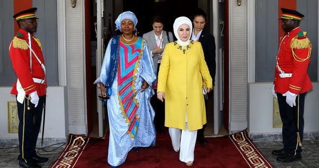 Emine Erdoğan kimsesiz çocuklar için kermese katıldı!