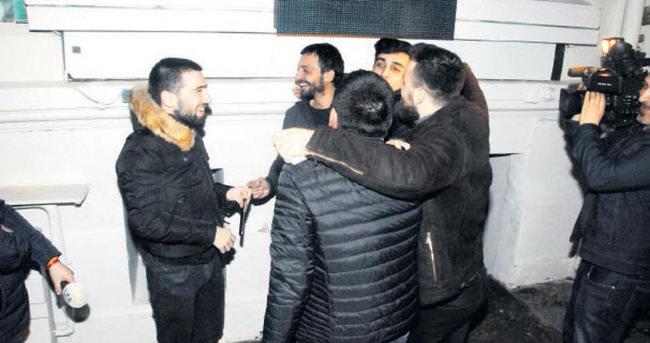 Hayranları Mehmet Erdem'in etrafını kuşattı