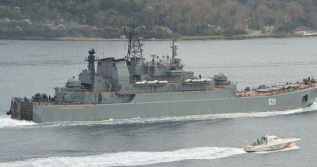 Rus savaş gemisi yine silahlı askerlerle geçti
