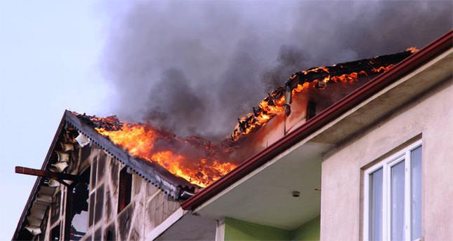 Çatı yangınında korku dolu anlar