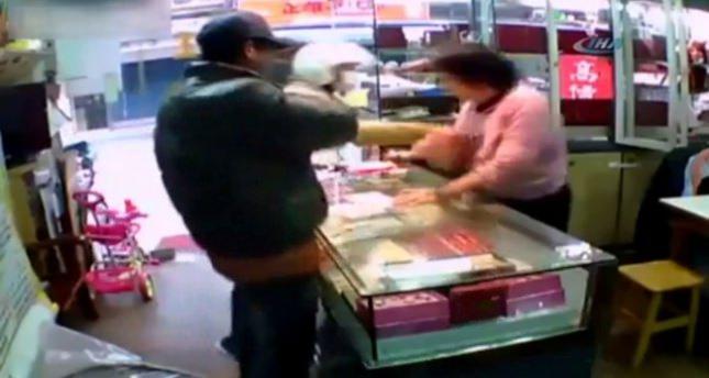 Elektroşoklu hırsızlar iş başında
