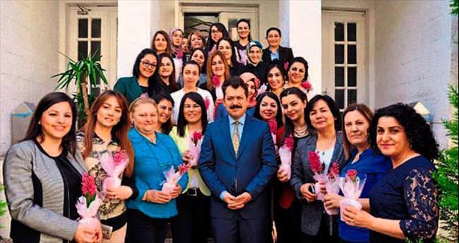 Başsavcı Ali Yeldan çiçek vererek kutladı