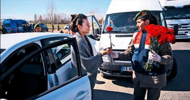 Jandarma'dan kadın sürücülere karanfil