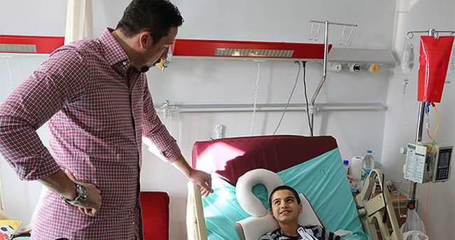 Hidayet Türkoğlu'ndan kanser hastası çocuğa moral ziyareti