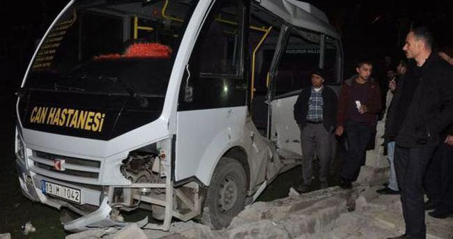 Bitlis'te yük treni minibüse çarptı: 1 ölü, 3 yaralı