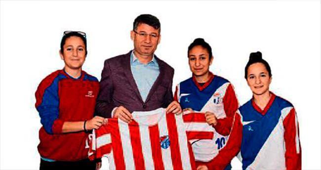 Başkan Yeni'ye kadın futbolculardan ziyaret