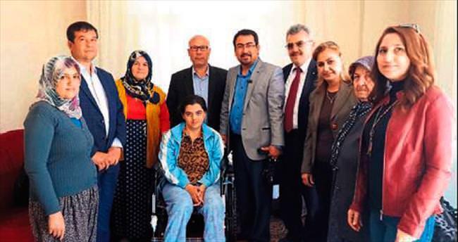 Engelli kadınlara tekerlekli sandalye