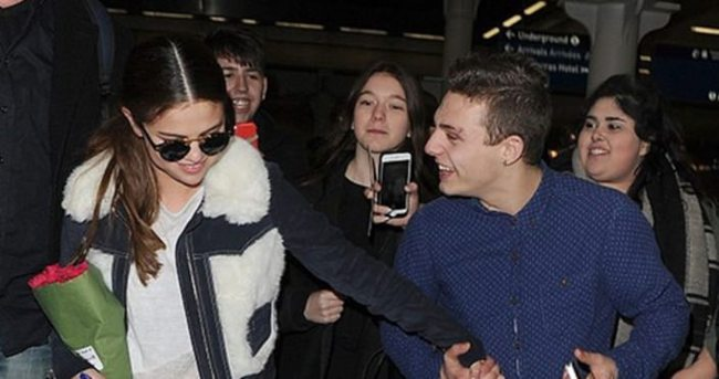 Hayranı Selena Gomez'i yanından ayırmadı