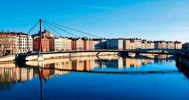 Köprülerin oya gibi işlendiği şehir Lyon