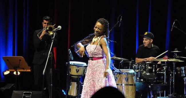 İspanyol şarkıcı Buika büyüledi