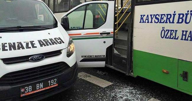 Otobüs, cenaze aracına çarptı!