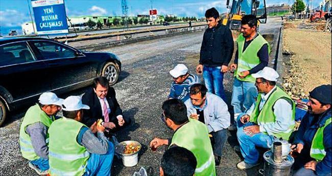 Başkan Erkoç işçilerin yemeğine kaşık salladı