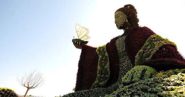 İnsanlık tarihini bitki heykelleriyle anlattılar